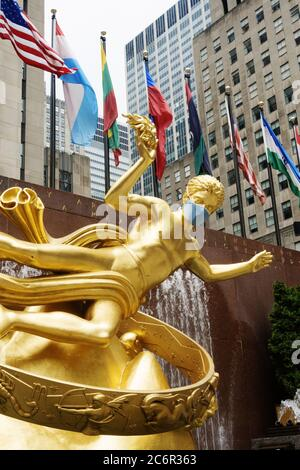 Prométhée au Rockefeller Center dispose d'un masque géant en raison de la pandémie du coronavirus, USA