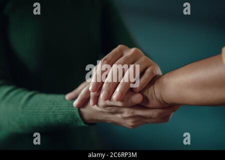 PTSD Santé mentale, concept encourageant. Toucher avec une main confortable pour aider une personne dépressive à se sentir mieux