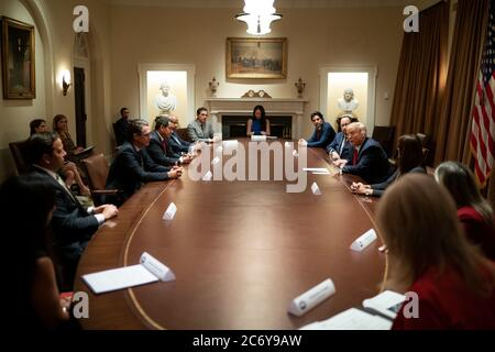 Washington, États-Unis d'Amérique. 09e juillet 2020. Le président Donald J. Trump participe à une table ronde avec les dirigeants hispaniques jeudi 9 juillet 2020, dans la salle du Cabinet de la Maison Blanche personnes: Président Donald Trump crédit: Storms Media Group/Alay Live News