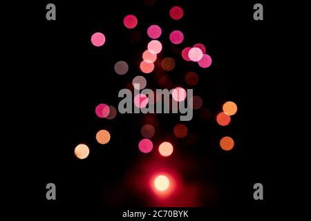 Feu de feu rouge flou de lumières roses sur un fond noir. Concept de la Saint-Valentin. Concept de la nouvelle année. Copier l'espace.