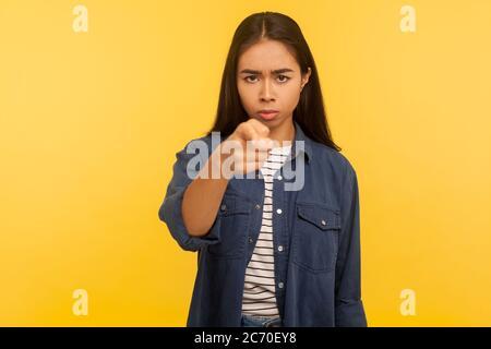 Hé, vous ! Portrait de la fille en colère bossy stricte dans le maillot en denim pointant le doigt vers l'appareil photo, l'enseignement et le colding, donnant des conseils sérieux, choisissant coupable. Banque D'Images