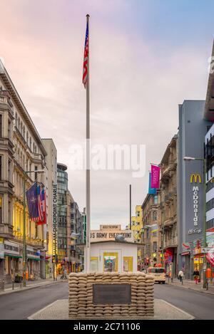 BERLIN, ALLEMAGNE - 20 SEPTEMBRE 2013 : Checkpoint Charlie. Le point de passage entre Berlin est et Berlin ouest est devenu un symbole de la Guerre froide. Banque D'Images