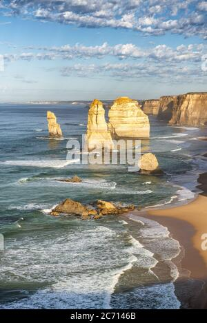 Vue sur les douze Apôtres au coucher du soleil le long de Great Ocean Road, Australie.