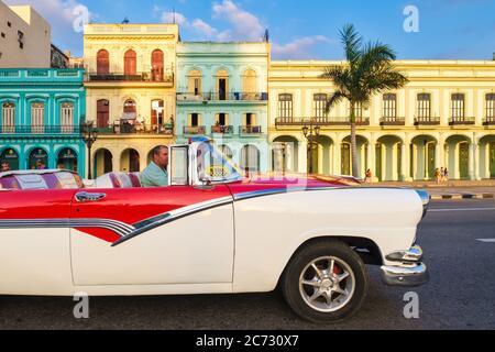 Voiture convertible classique et bâtiments colorés dans le centre de la Havane