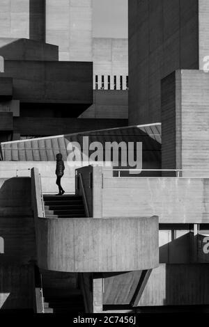 Photographie urbaine en noir et blanc de Londres : architecture brutaliste du Royal National Theatre, Southbank.
