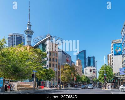 Queen Street, vue sur la Sky Tower dans le centre-ville d'Auckland, Nouvelle-Zélande