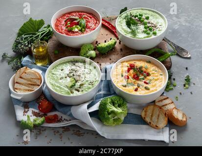 Ensemble de soupes de légumes. Brocoli, pois verts, potiron, tomate, soupe aux champignons. Végétalien et végétarien manger haut en vitamines et antioxydants. Santé Banque D'Images