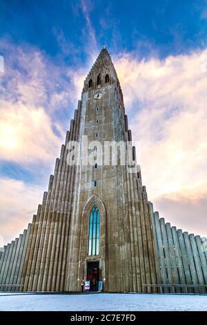 L'église Hallgrímskirkja (Église Hallgrims) par l'architecte Guðjón Samúelsson à Reykjavík, Islande Banque D'Images