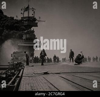 Le USS Yorktown, un porte-avions endommagé pendant la bataille de la mer de Corail, a combattu du 4 au 8 mai 1942, une bataille navale entre le Japon et la marine, les États-Unis et l'Australie, qui a lieu au Pacific Theatre de la Seconde Guerre mondiale Une fois réparé, il part pour la bataille de Midway qui a eu lieu les 4 et 7 juin 1942, six mois après l'attaque du Japon sur Pearl Harbor et un mois après la bataille de la mer de Corail Banque D'Images