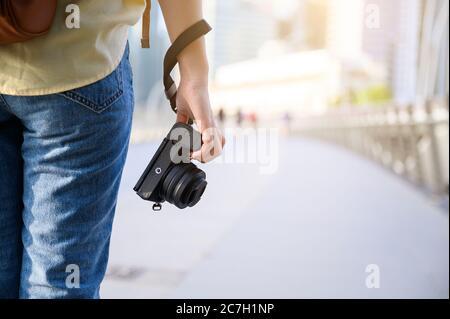 Photographe et voyageur concept, femme tenant l'appareil photo numérique tout en voyageant à Singapour