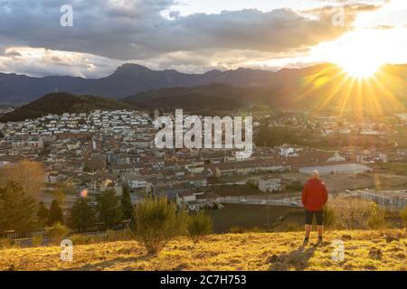 Europe, Espagne, Catalogne, province de Gerona, Garrotxa, Olot, randonneur bénéficie de la vue du volcan Montsacopa à Olot au coucher du soleil