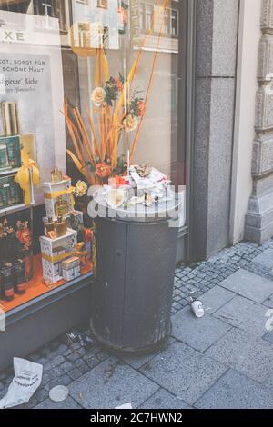 Une poubelle débordante dans le centre-ville de Munich. Inconvénients de la restauration rapide. Banque D'Images