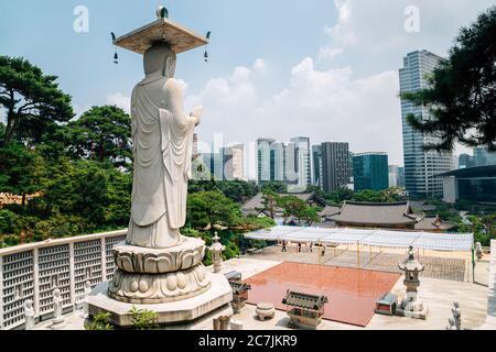 Statue de Bouddha au paysage urbain moderne au temple de Bongeunsa à Séoul, en Corée Banque D'Images