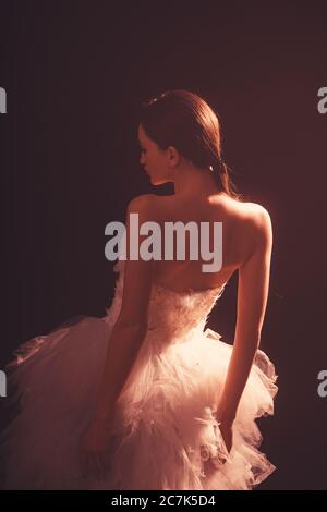 Ballerine. Photo de silhouette d'un jeune danseur de ballet habillé d'une longue robe blanche. Banque D'Images