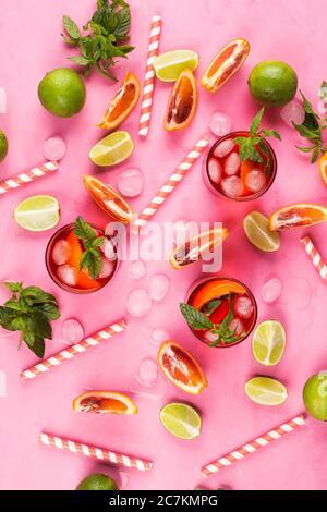 Motif été avec tranches d'agrumes et boisson rouge