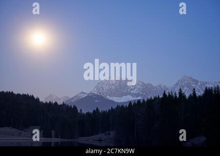 Très brillante lune le 7 avril 2020 contre les monts Karwendel Banque D'Images