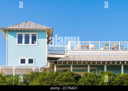 Maison en bois de bord de mer toit architecture de tour par plage océan en Floride vue pendant la journée ensoleillée avec terrasse blanche et ciel bleu