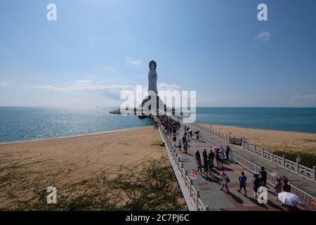 Les touristes marchent le long du pont pour offrir de l'encens à la statue Sainte de Nanshan Guanyin géante à trois côtés pendant le Festival de printemps.Grande Déesse de la Miséricorde sur la mer