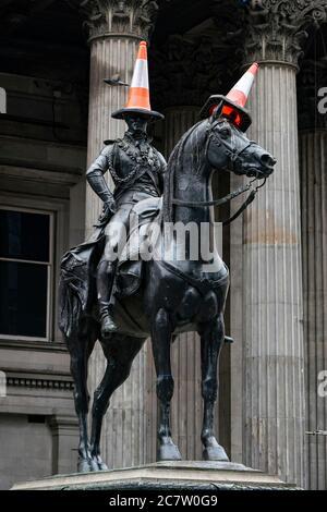 Célèbre statue du Duc de Wellington avec des cônes de signalisation en tête à Royal Exchange Square, Glasgow, Écosse, Royaume-Uni