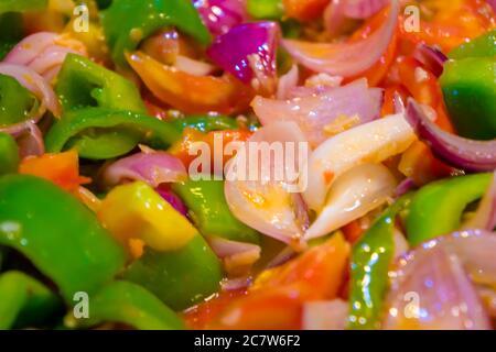 Remuez les légumes frits colorés dans un wok, aliments sains. Concept pour un repas végétarien savoureux et sain. Gros plan Banque D'Images