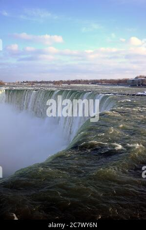 Chutes Niagara, vue depuis Niagara Parkway. Banque D'Images