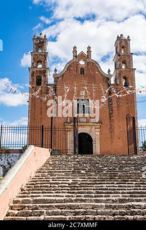 L'église coloniale de notre-Dame de l'Assomption fut achevée par les Frères franciscains en 1751 dans la ville de Tecoh, Yucatan, Mexique. En 1842, John Llo