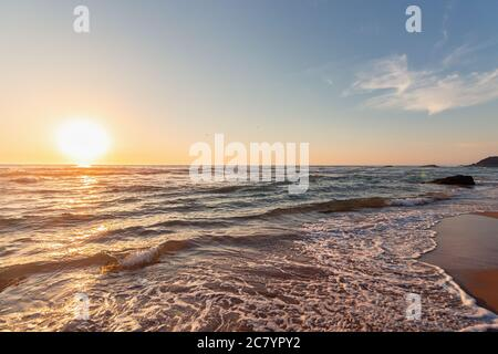 Magnifique coucher de soleil sur la plage d'Adraga, Sintra, Lisbonne, Portugal