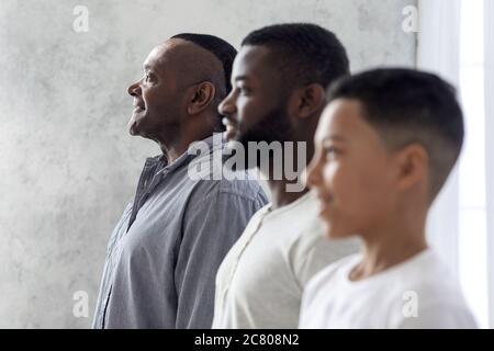 Portrait de famille multigénérationnel. Fils noirs, Père et grand-père debout dans la rangée
