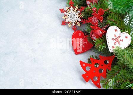 Vue sur le dessus de l'arrière-plan de Noël en bois blanc. Modèle pour l'espace nouvel an pour le texte. Maquette publicitaire, Félicitations. Cartes de vœux des fêtes