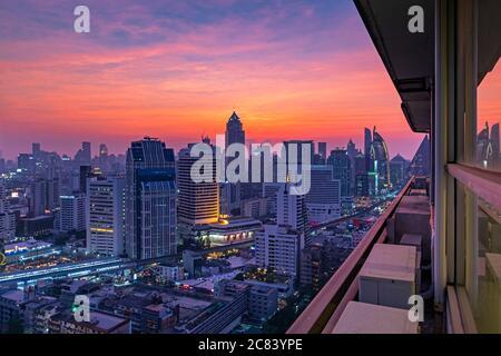 Vue sur la ville de Bangkok au coucher du soleil autour de Sukhumvit, Thaïlande