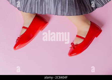 Petite fille portant une robe et des chaussures rouges pour les enfants, place pour le texte Banque D'Images