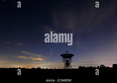 Comet Neowise au-dessus du télescope radio One Mile Array à l'observatoire radioastronomique Mullard à Barton près de Cambridge au Royaume-Uni