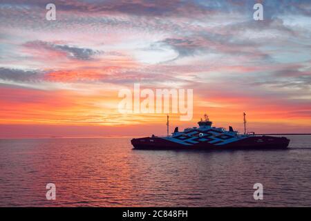 Mer Baltique, Hiiumaa/ Estonie-19JUL2020: Ferry appelé Tiiu entre Hiiumaa (port d'Heltermaa) et le continent estonien ( Rohuküla, Rohukula) en mer.