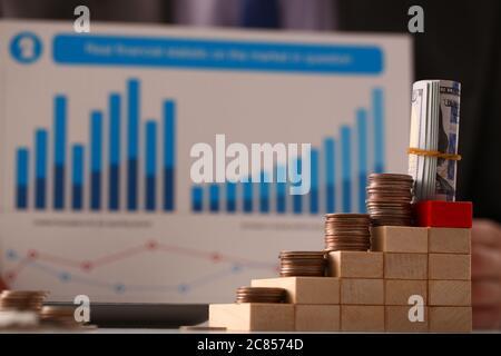 Pyramide en bois avec de l'argent sur le dessus dans le cabinet comptable Banque D'Images