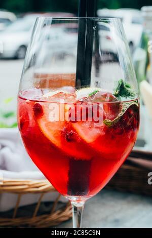Cocktail d'été avec menthe, tranches de citron et baies rouges, boisson rafraîchissante d'été. Cocktail de baies