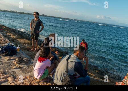 Vue sur les inconnus à la plage