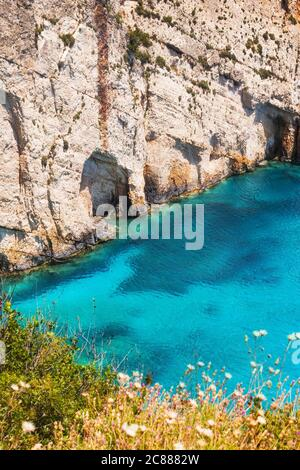Grottes bleues sur l'île de Zakynthos, vue depuis le belvédère de Skinari Banque D'Images