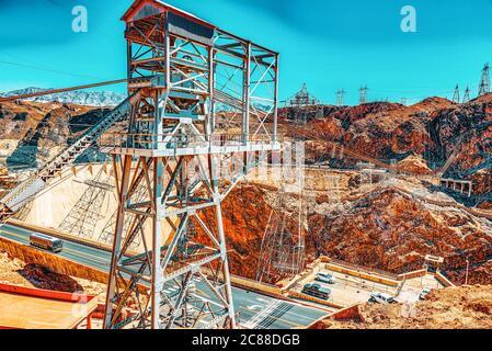 Étonnante et célèbre barrage Hoover au Lake Mead, Nevada et l'Arizona frontière. Les lignes de transport d'énergie. USA.