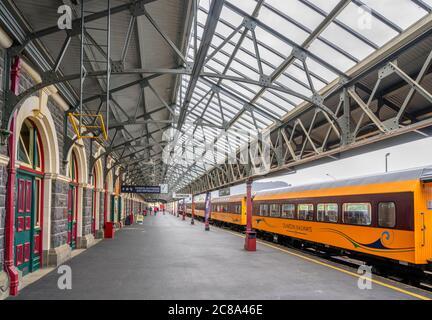 Prenez le train à la plate-forme de la gare de Dunedin, Dunedin, Otaga, Nouvelle-Zélande Banque D'Images