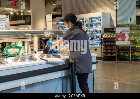 Un travailleur vérifie la température des aliments chauds dans le nouveau Manhattan West de Whole Foods, dans le quartier de Hudson yards à New York, le jour de l'ouverture, le vendredi 17 juillet 2020. (© Richard B. Levine) Banque D'Images