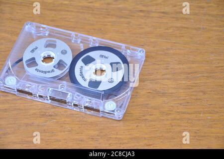 Cassette. Cassette métallique pour l'enregistrement et la reproduction audio, zoom photo, sur fond de bois avec espace de copie, Brésil, Amérique du Sud