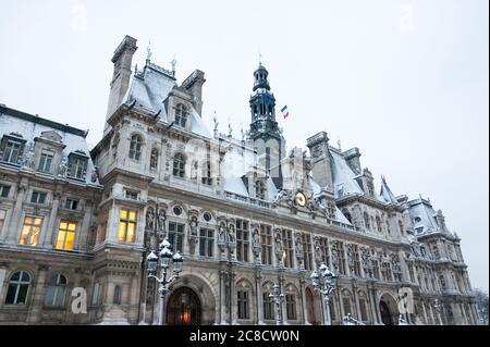 Paris, France. Hôtel de ville (hôtel de ville) recouvert de neige dans une rare matinée enneigée en hiver