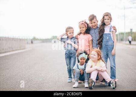 Grand groupe multiculturel d'enfants heureux regardant dans la caméra. Extérieur. Le concept de l'amitié et de la communication interculturelle Banque D'Images