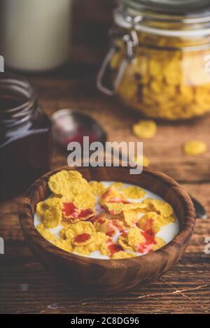 Flocons de maïs, lait et sirop de baies Banque D'Images