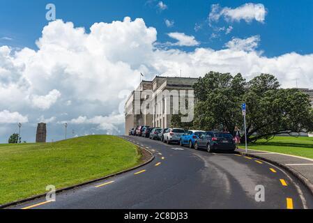 Route menant au musée d'Auckland dans le domaine d'auckland, Parnell, Nouvelle-Zélande. Architecture néoclassique