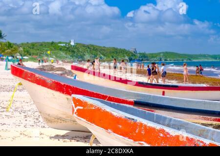 Bateaux de pêche colorés à la plage de Tulum sur la riviera maya au Mexique