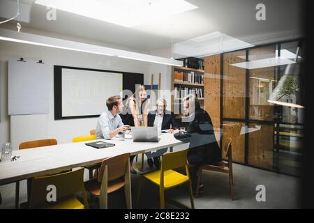 Les gens d'affaires ayant une réunion de client au bureau