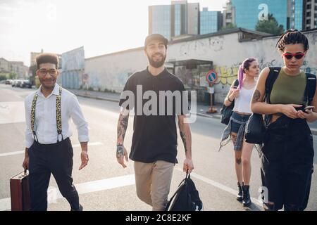 Groupe d'amis marchant dans une rue de la ville