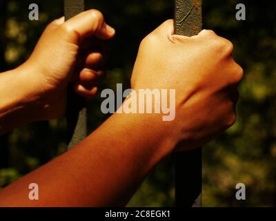 Photo qui évoque une personne emprisonnée