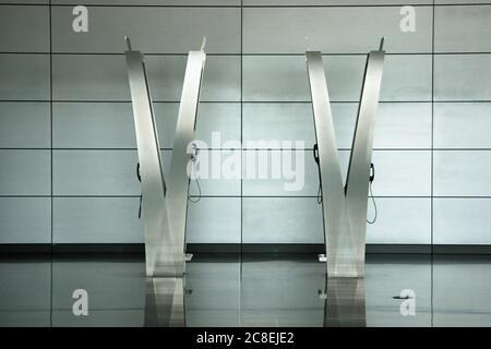 Kiosque téléphonique et cabine téléphonique en aluminium et acier inoxydable, design moderne, aéroport international de Hamad, Doha, Qatar. Banque D'Images